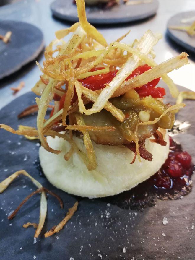 Bocado de confit de pato con tempura de puerro
