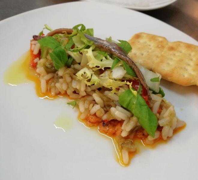 Tapa de arroz con pimientos asados y anchoa