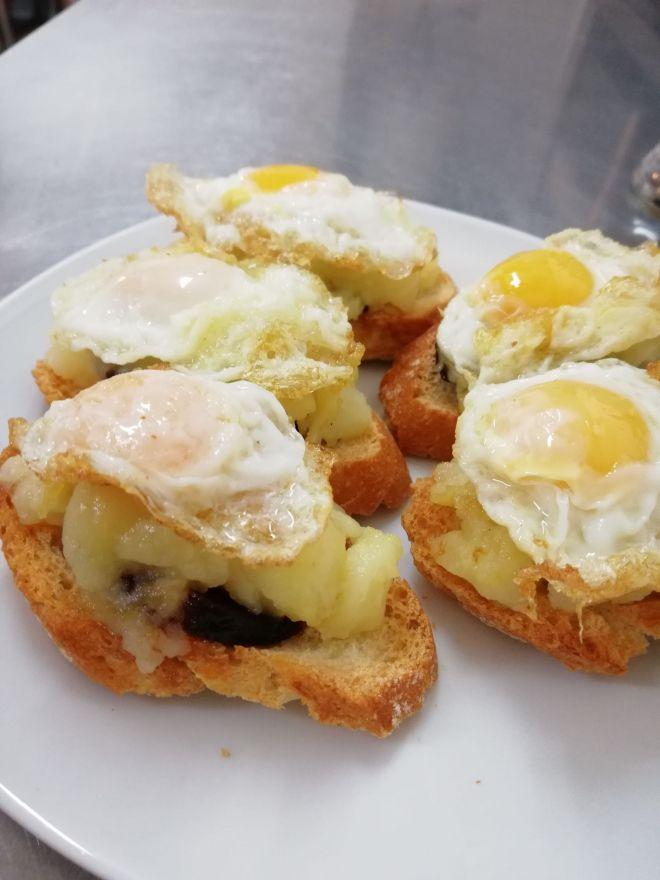 Montadito de huevo, patata y morcilla