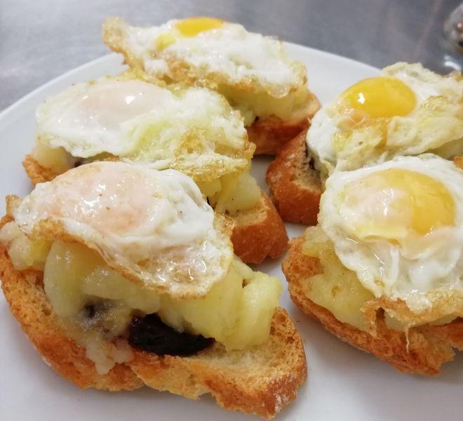 Huevo con patatas y morcilla